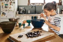 Une petite fille qui prépare une recette photographiée par Clément Herbaux