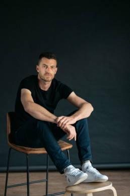 Portrait photo dans une ambiance atelier studio, pour un book mode homme. Réalisé par le photographe Clément Herbaux installé à Oloron près de Pau.